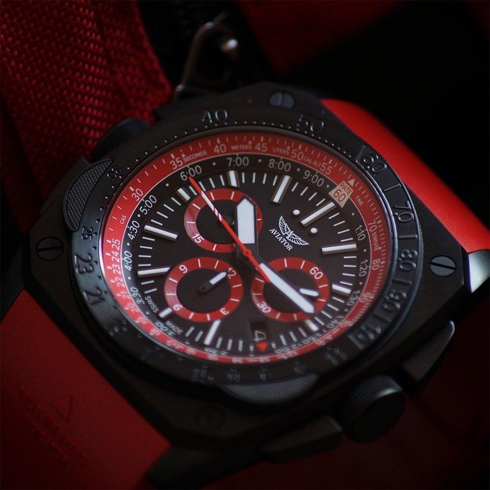 Limitowany, męski zegarek Aviator M.2.30.5.215.6 MIG-29 SMT Chrono z analogową tarczą w czarnym kolorze, tarcza jest podkreślona dzięki subtarczom z czerwonymi akcentami.