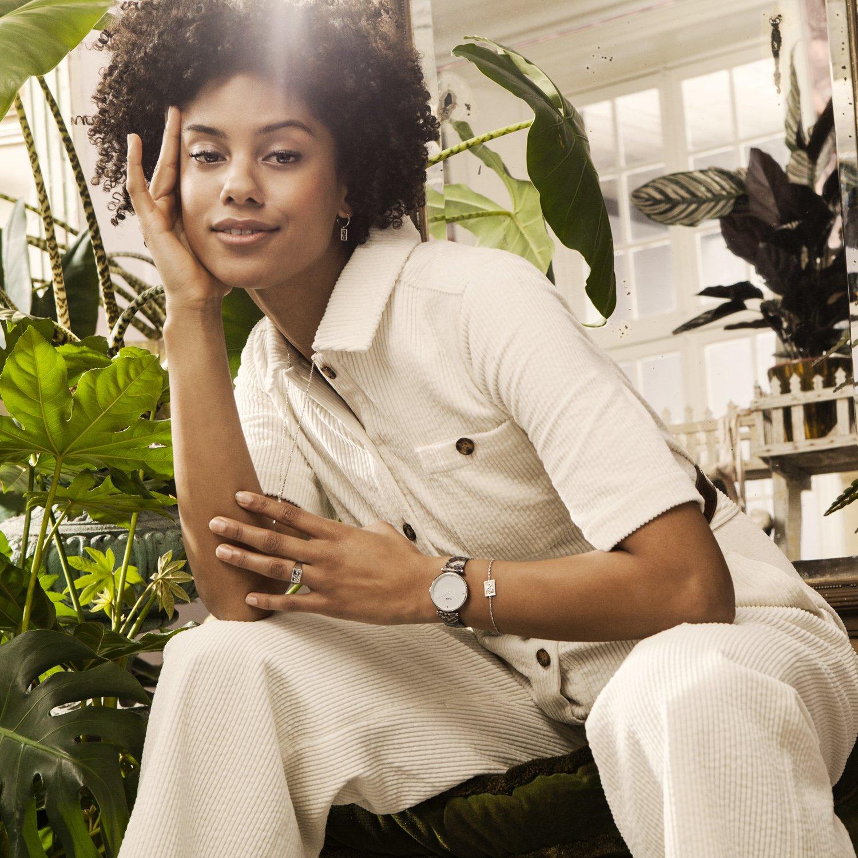 Stylowy, damski zegarek Cluse z mechanizmem kwarcowym oraz tarczy w białym kolorze z masy perłowej.
