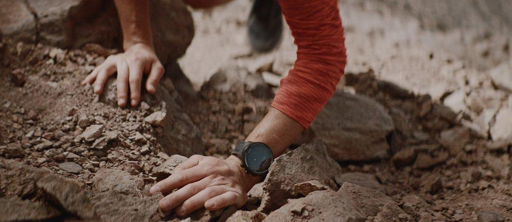 Zegarek Suunto 9 w czarnym kolorze na silikonowym pasku.