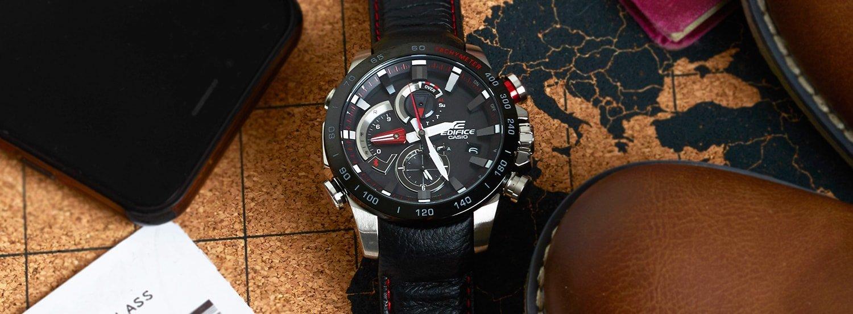 Klasyczny, męski zegarek Casio Edifice z solarnym mechanizmem na skórzanym pasku w czarnym kolorze z kopertą ze stali w srebrnym kolorze z czarnym bezelem. Analogowa tarcza zegarka jest w czarnym kolorze z czerwonymi detalami oraz srebrnymi subtarczami, indeksami jak i wskazówkami.