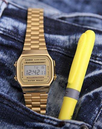 Casio Retro w złotym kolorze z cyfrową tarczą.