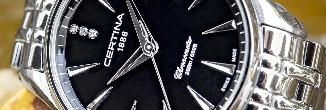 Zegarek Certina na srebrnej branzolecie oraz z czarną tarczą osdobioną diamencikami na godzinie dwunastej.