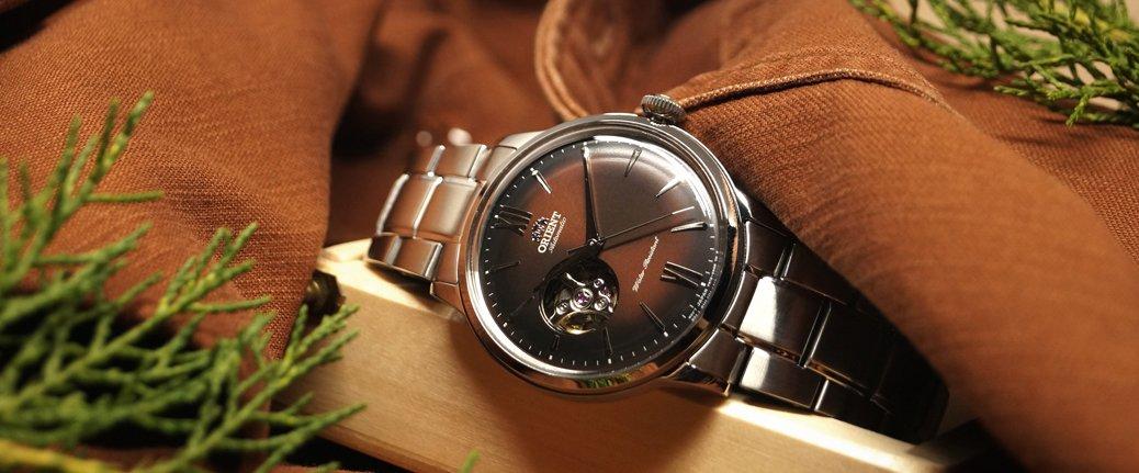 Elegancki zegarek Orient na srebrnej bransolecie z czerwoną tarczą.