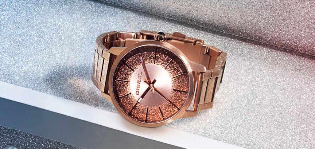 Modny, damski zegarek Diesel DZ5567 na stalowej bransolecie w kolorze różowego złota, koperta zegarka Diesel jest wykonana z tych samych materiałów oraz w tym samym kolorze co bransoleta zegarka. Bardzo interesująca jest analogowa tarcza w kolorze różowego złota ozdobiona brokatem oraz minimalistycznymi indeksami w postaci cieniutkich kresek.