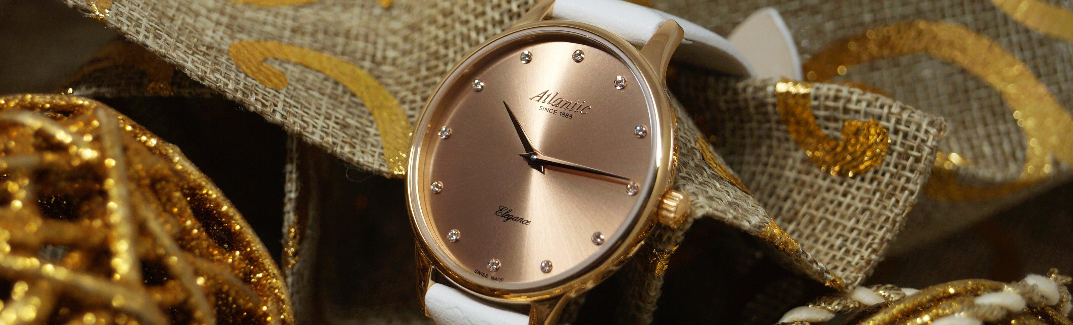 Klasyczny, damski zegarek Atlantic 29038.44.77L ze stali w kolorze rózowego złota na białym skórzanym pasku. Tracza tego zegarka jest w kolorze różowego złota ozdobiona cyrkoniami w miejscu indeksów.