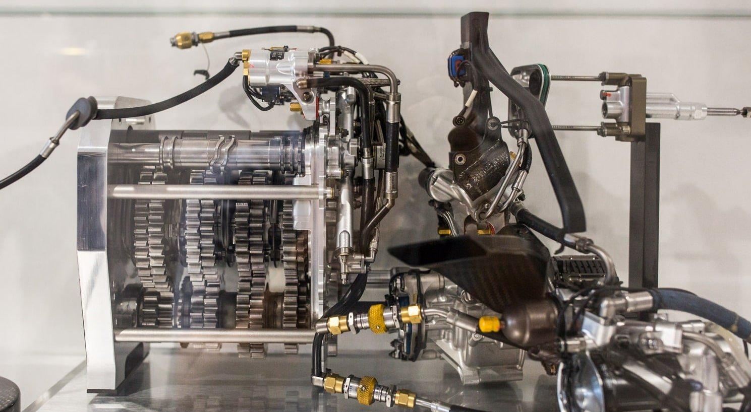 Projektownia części dotyczących zewnętrznej i wewnętrznej dynamiki bolidu F1 (skrzydła, dyfuzory, hamulce itp.).