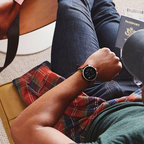 Smartwatch Fossil Q na brązowym skórzanym pasku z czarną kopertą.