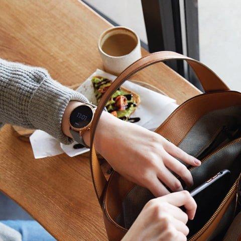 Damski zegarek Fossil Q na szarym pasku z bezelem w kolorze różowego złota.