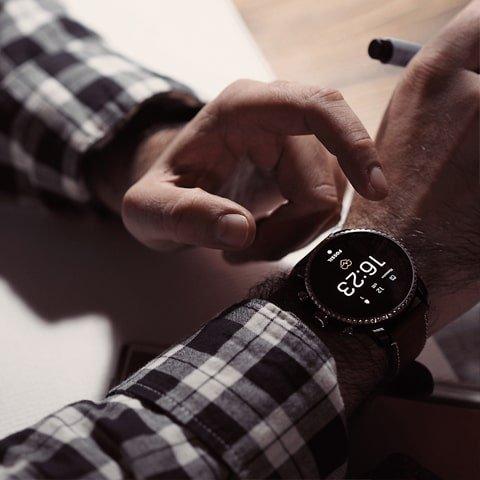 Męski smartwatch Fossil Q na pasku.