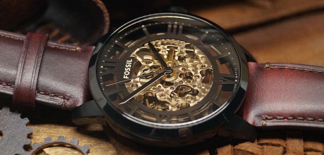 Zegarek Fossil z mechanizmem automatycznym i pokazanym interesującym mechanizmem.