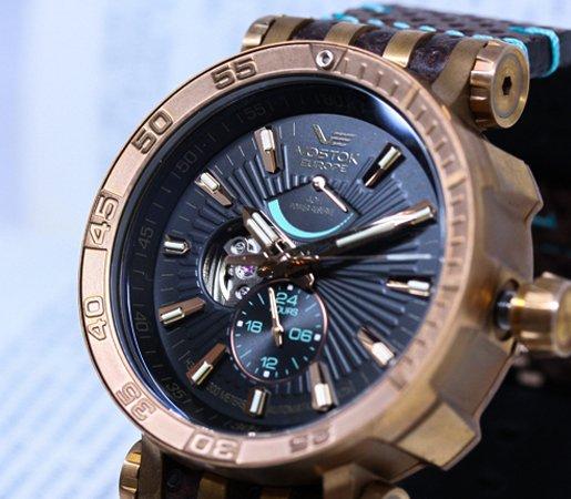 Wielofunkcyjny zegarek Vostok Europe Energia Rocket Bronze z tarczą typu open heart.