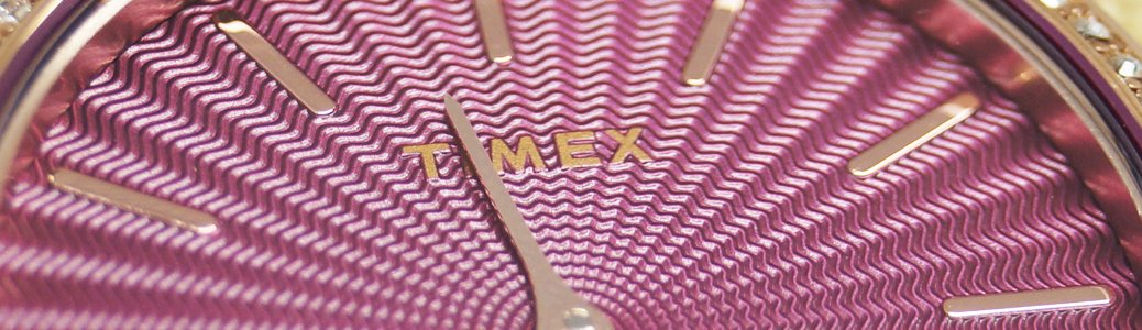 Zegarek Timex z tarcza udekorowaną metodą gliszowania w kolorze żywego różu.