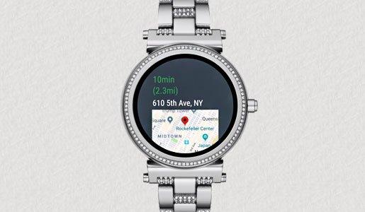 Smartwatch Michael Kors na srebrnej bransolecie z wbudowanym GPS, który umożliwia monitorowanie ruchu.