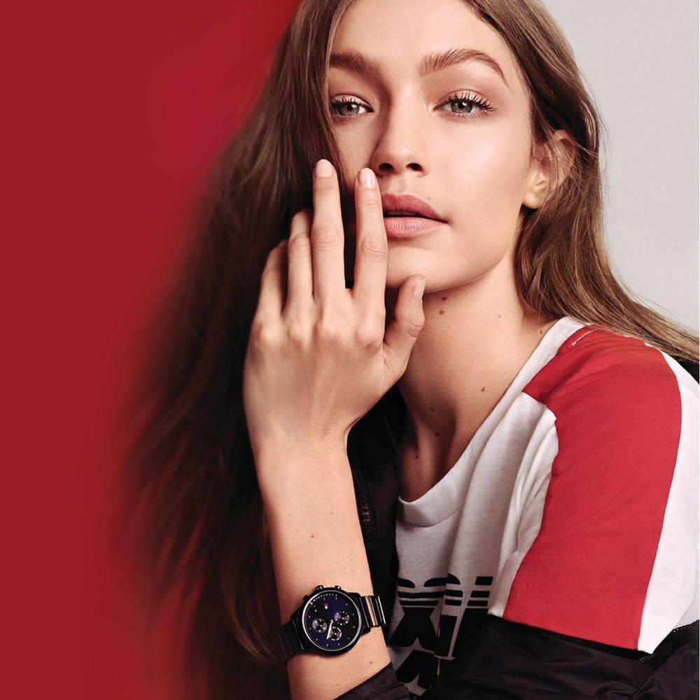 Atrakcyjny, damski zegarek Tommy Hilfiger GiGi Hadid z analogowa tarczą z subtarczami, które nadają mu sportowy styl.