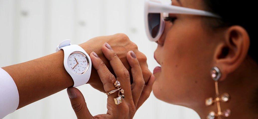 Kobiecy zegarek ICE Watch ICE.016297 ICE Cosmos w białym kolorze na silikonowym pasku z bezelem w kolorze różowego złota oraz tarczą ozdobiona kryształkami Swarovskiego.