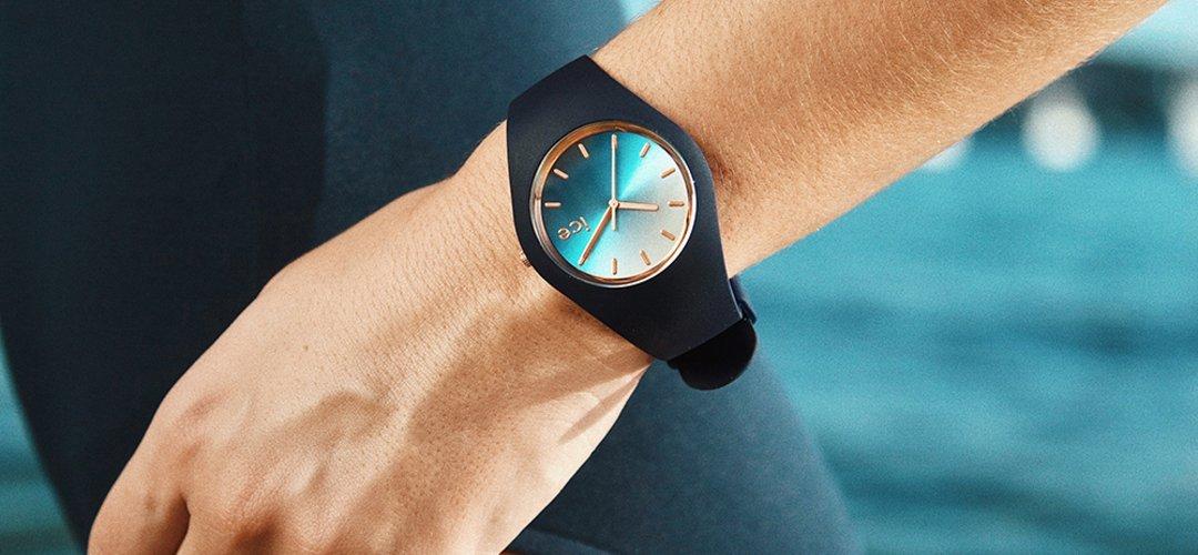 Urzekający, damski zegarek ICE Watch ICE.015751 ICE Sunset Marine na silikonowym pasku w granatowym kolorze, koperta z tworzywa sztucznego również w granatowym kolorze. Analogowa tarcza jest w niebiesko - białe ombre.