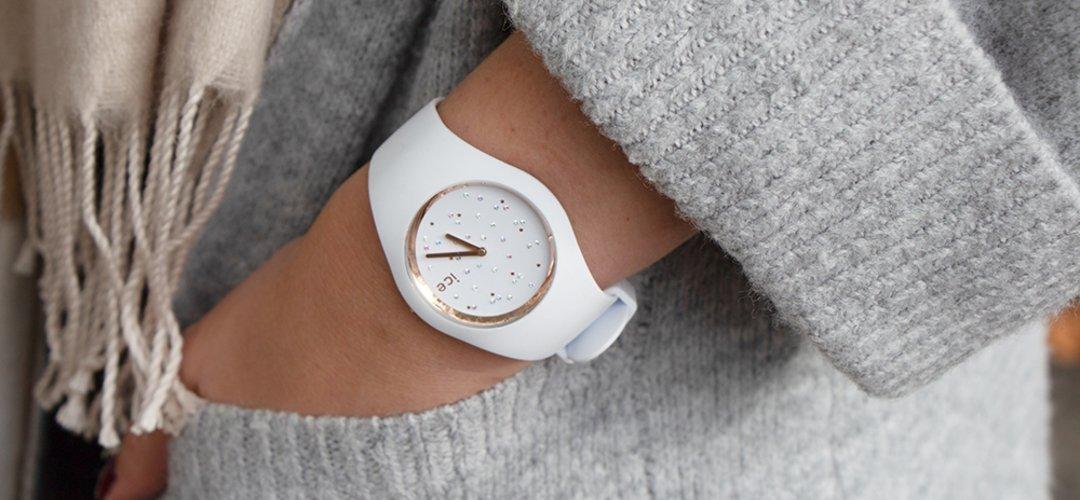 Młodzieżowy zegarek ICE Watch ICE.016297 ICE Cosmos z mineralnym szkiełkiem oraz tarczą w białym kolorze, która ozdobiona została kryształkami Swarovskiego w srebrnym i delikatnym różowym kolorze.