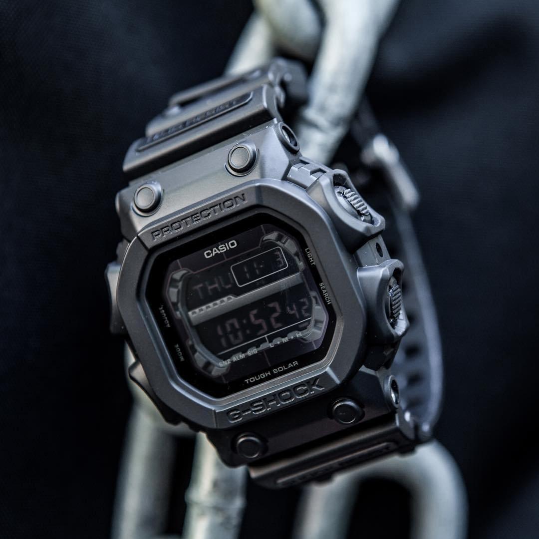 Wytrzymały, męski zegarek Casio G-SHOCK GX-56BB-1ER KING OF G posiada cyfrową tarczę z mineralnym szkiełkiem oraz mechanizmem solarnym.