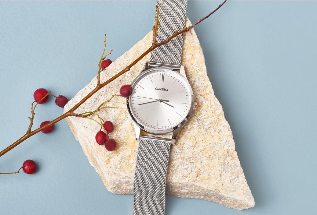 Damski zegarek Casio Instashape LTP-E140D-7AEF na srebrnej kopercie i bransolecie typu mesh oraz srebrną połyskującą tarczą.