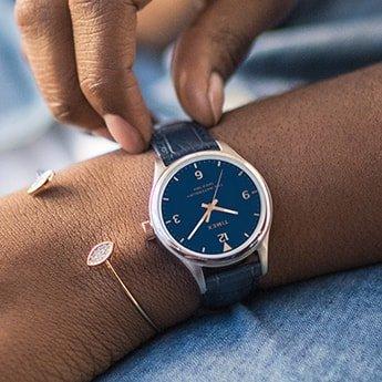 9af9a1d9dd238c Klasyczne zegarki damskie na pasku charakteryzują się najczęściej  przejrzystą tarczą. Utrzymany w odcieniach bieli, czerni, złota, bądź beżu  cyferblat ...