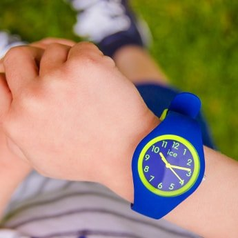 Stylowy, męski zegarek Ice Watch ICE.014427 ICE ola kids rocket na silikonowym pasku w niebieskim kolorze. Koperta jest okrągła, wykonana z tworzywa sztucznego również w niebieskim kolorze. Tarcza zegarka jest niebieska z zielonymi indeksami, wskazówkami jak i bezelem.