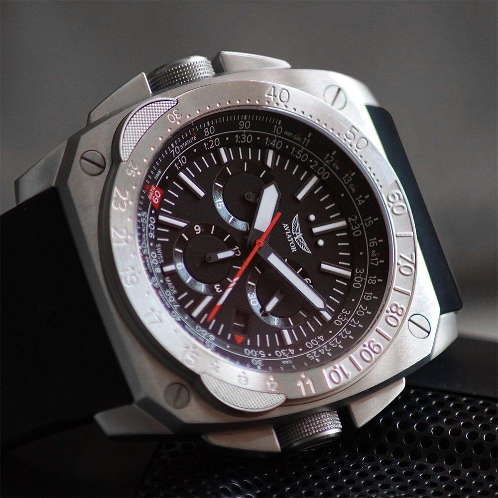 Męski zegarek Aviator M.2.30.0.219.6 MIG-29 SMT Chrono posiada również suwak logarytmiczny umożliwiający wykonywanie prostych działań matematycznych.
