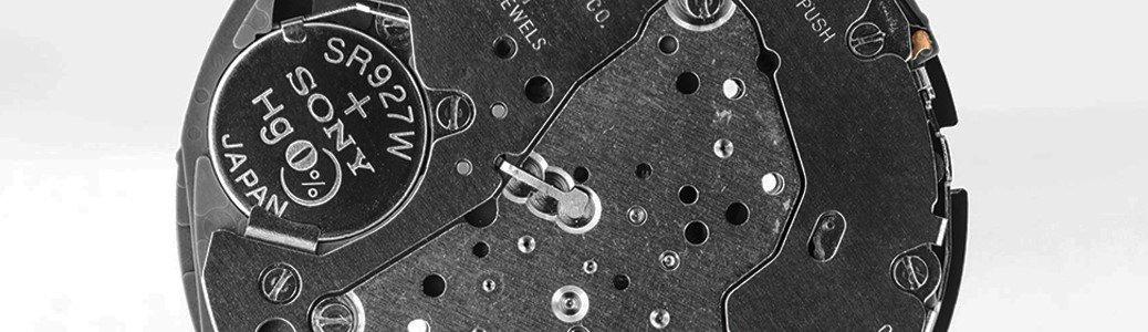 Przykład mechanizmy kwarowego, obecnie najczęściej używanego w zegarkach.