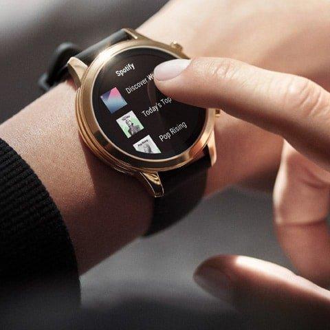 Smartwatch 4 generacji umożliwiający słuchanie muzyki.