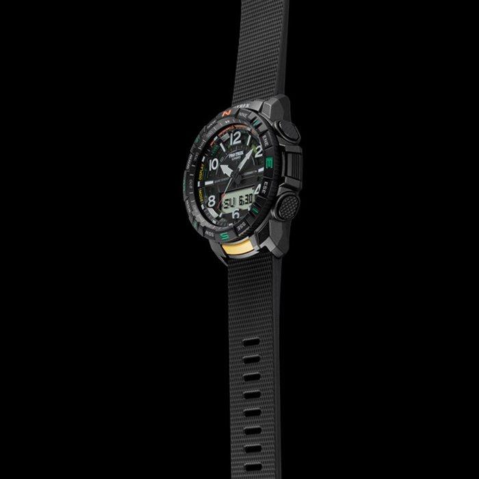 Męski zegarek Casio Pro Trek na czarnym pasku wykonanego z tworzywa sztucznego.