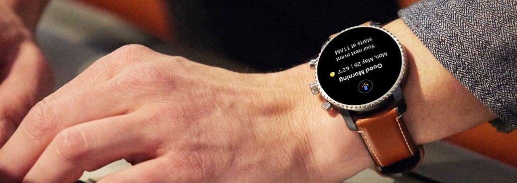 Męski smartwatch na brązowym skórzanym pasku z bezelem i kopertą w kolorze srebra.