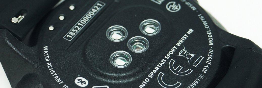 Zegarek Suunto w czarnym kolorze z funkcją pozwalającą mierzyć puls.