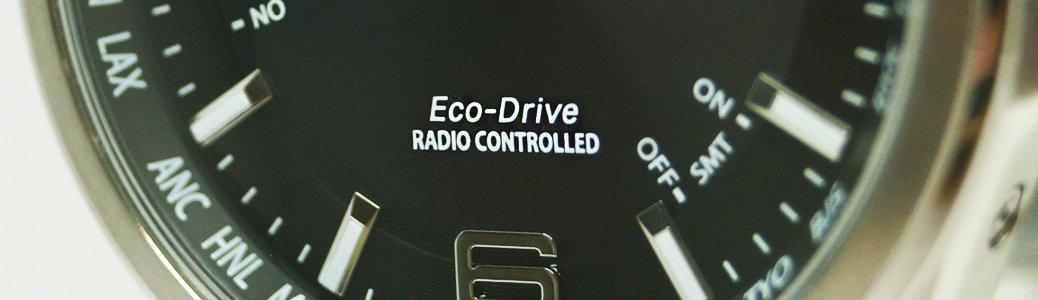 Zegarek Citizen CB0010-88L z czarna tarczą informujacą o sterowaniu radiowym.