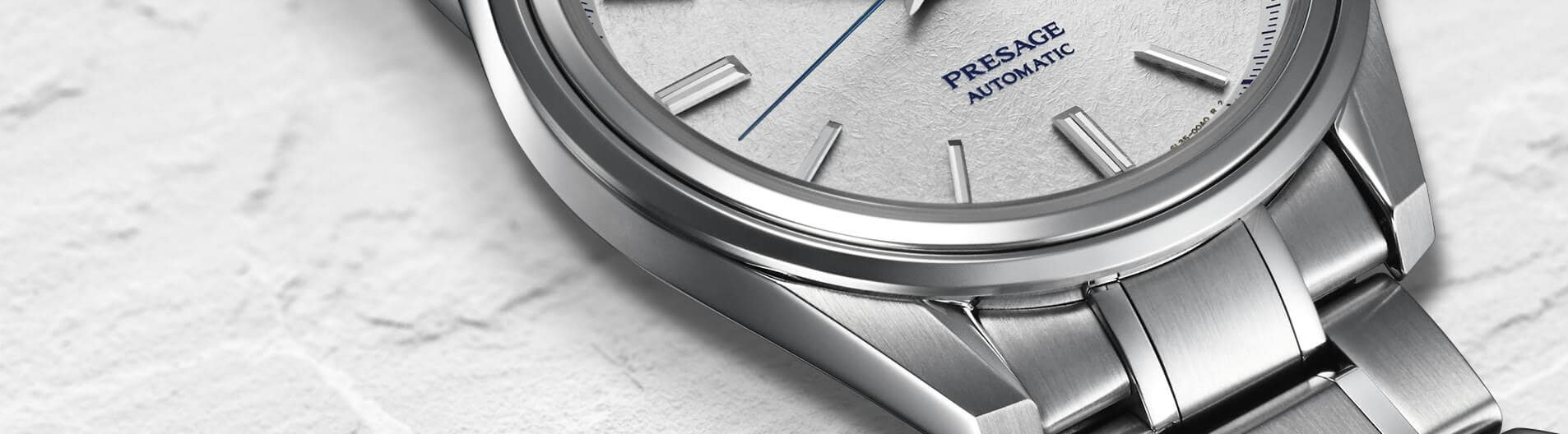 Klasyczny, męski zegarek Seiko Presage na bransolecie ze srebrnej stali oraz koperty z tego samego materiału w tym samym kolorze.