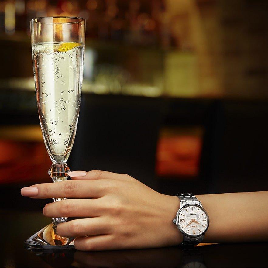 Niesamowity, damski zegarek Seiko Presage SRP855J1 inspirowany koktajlem Spritzer. Zegarek jest w chłodnych tonacjach na srebrnej klasycznej bransolecie z beżową tarczą.