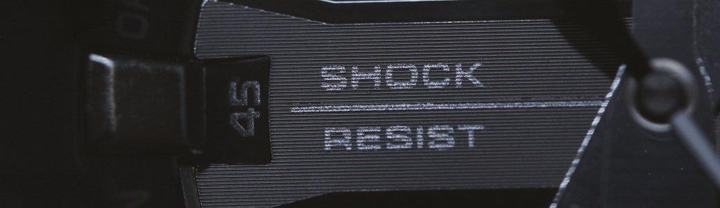 Czarny zegarek Casio G-Shock z funkcja wstrząsoodporności umożliwiającą zabezpieczenie zegarka przed wstrząsami.