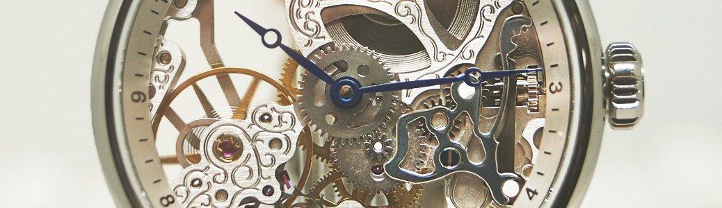 Zegarek skeleton z wyciętymi płytami pokazuje wnętrze zegarka.
