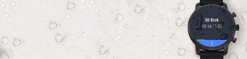 Wodoodporny smartwatch marki Fossil umożliwiający pływanie z zegarkiem na ręce.