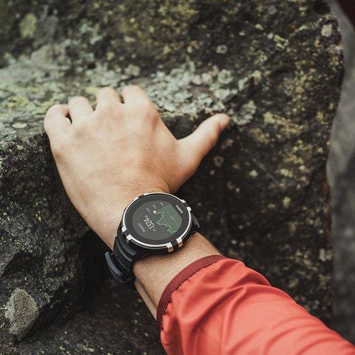 Męski, sportowy zegarek Suunto SS023402000 na czarnym gumowym pasku z pulsometrem na deklu.