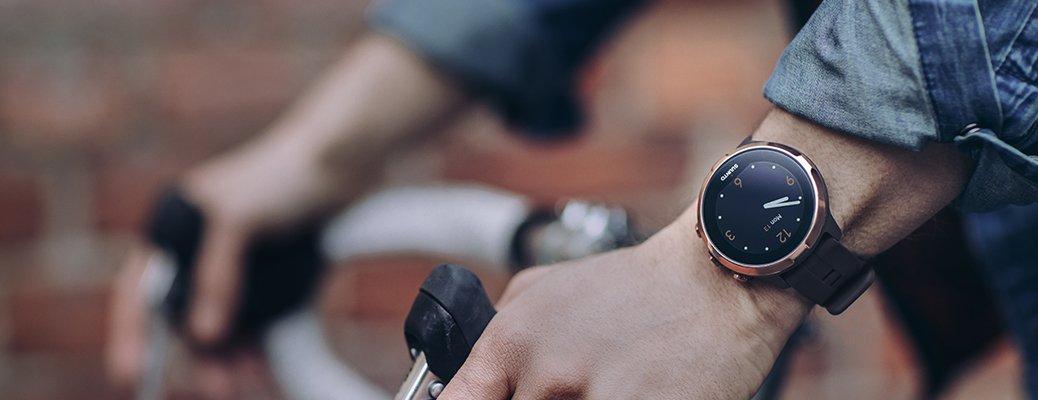Ciekawy męski zegarek Suunto z lśniącą kopertą w kolorze różowego złota.