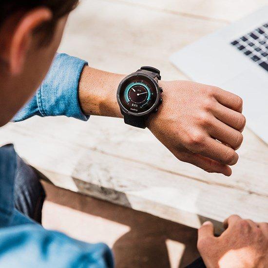 Zegarek Suunto 9 z cyfrowym, dotykowym ekranem i nowoczesnym designem.