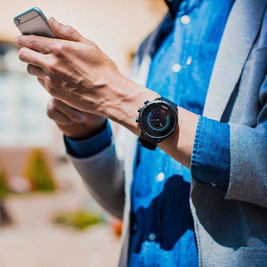 Wielofunkcyjny zegarek Suunto idealny dla sportowców i podróżników z nowoczesnym sportowym designem.
