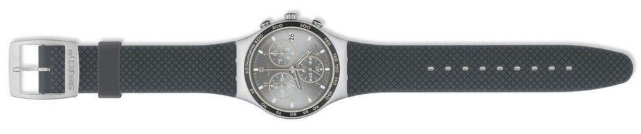 Modowy, damski zegarek Swatch YCS4052 Comfort Zone na pasku z tworzywa sztucznego w szarym kolorze, koperta zegarka Swatch jest zrobiona ze stali w szarym kolorze. Analogowa tarcza jest w kolorze srebrnym ozdobiona subtarczami z detalami w kolorze różowego złota.