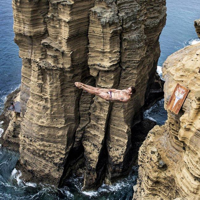 Skoczek skaczący do wody podczas zawodów Red Bull Cliff Diving