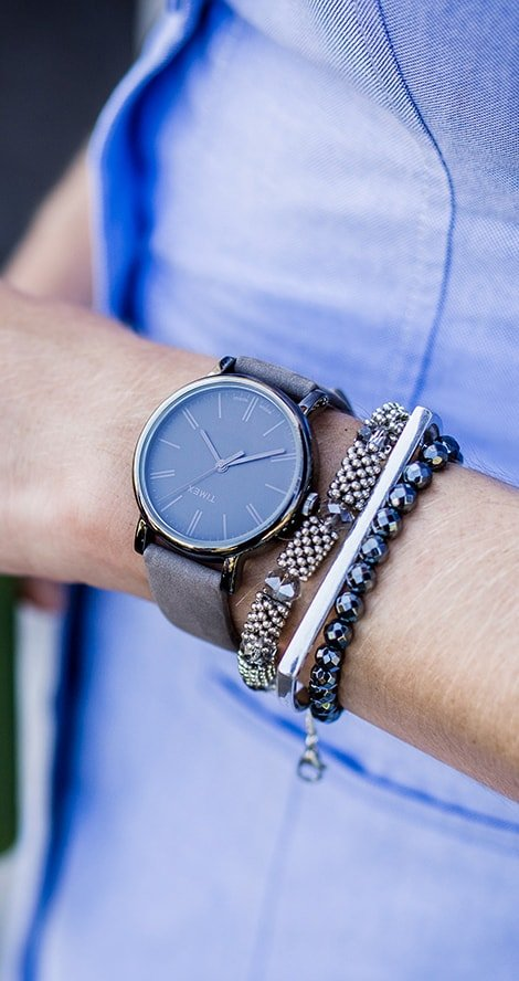 Klasyczny, damski zegarek Timex T2N957 na skórzanym, brązowym pasku z okrągłą stalową kopertą w szarym kolorze. Analogowa tarcza zegarka jest w kolorze brązowym z czarnymi indeksami.