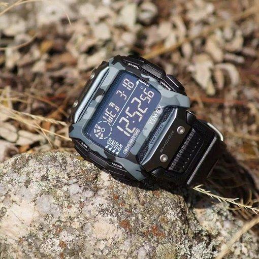 Wstrząsoodporny zegarek Timex z akcentami moro