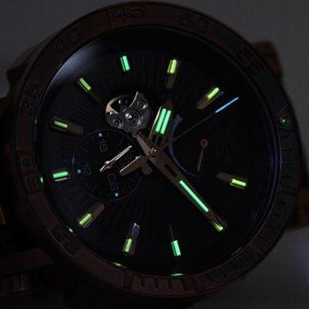 Podświetlenie trytowe w jasnym zielonym kolorze w zegarku Vostok Europe YN84-575O540.