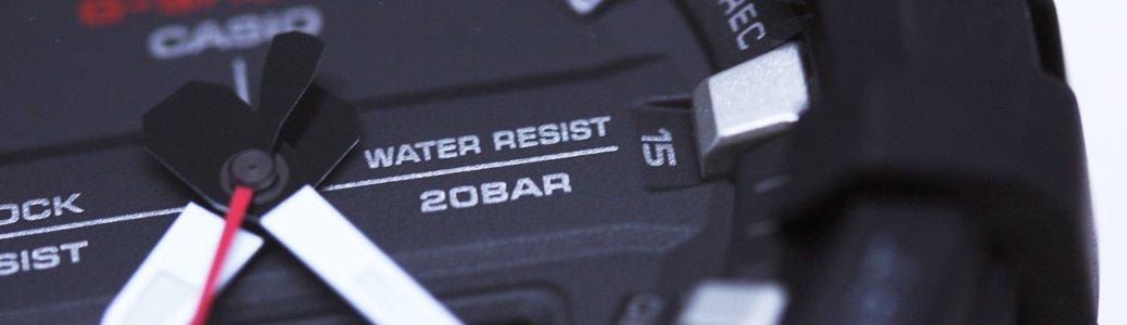 Czarny zegarek Casio G-Shock z funkcją wodoszczelności zabezpieczającą przed wilgocią i przenikaniem wody do mechanizmu.