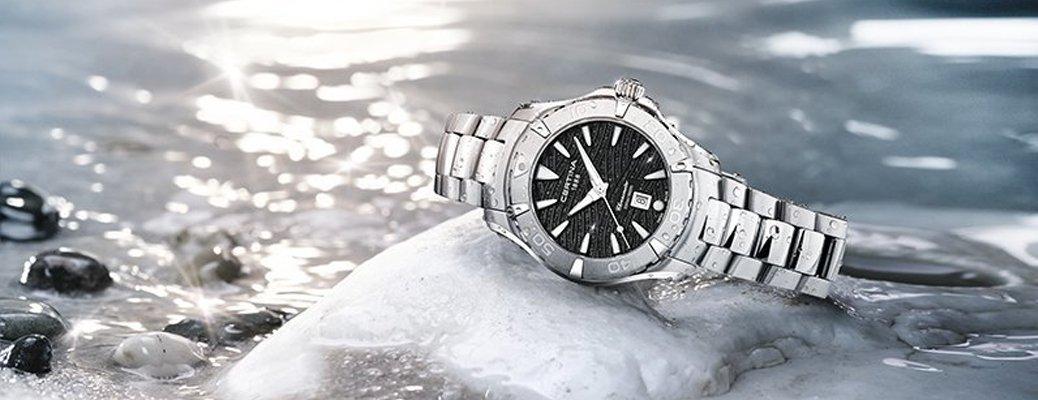 Wodoodporny zegarek Certina w klasycznym stylu na srebrnej bransolecie.