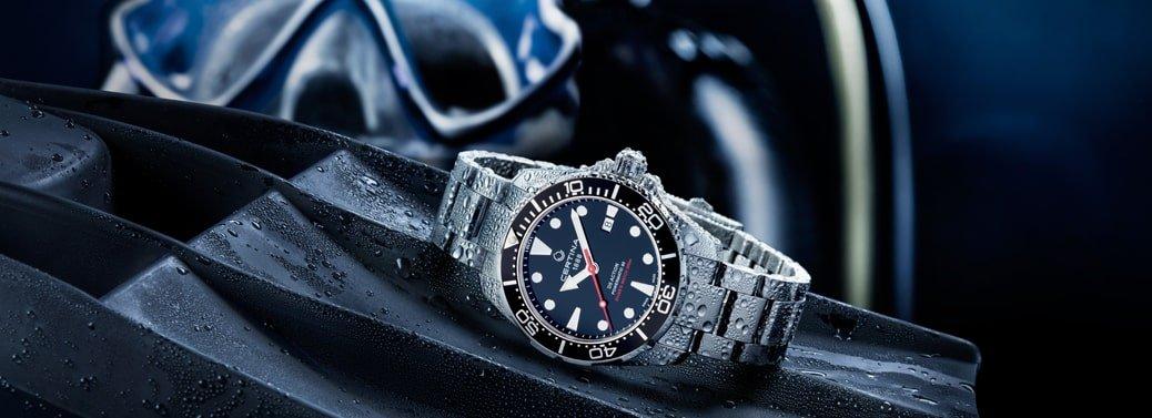 Wodoodporny zegarek Certina na srebrnej bransolcie z czarnym bezelem i czarną tarczą.
