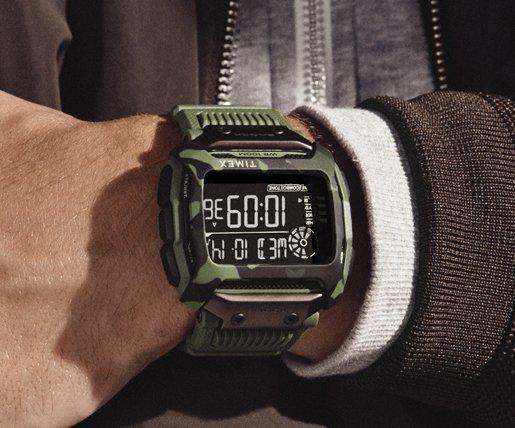 Wytrzymały zegarek Timex TW5M20400 w wojskowym stylu z cyfrową tarczą.